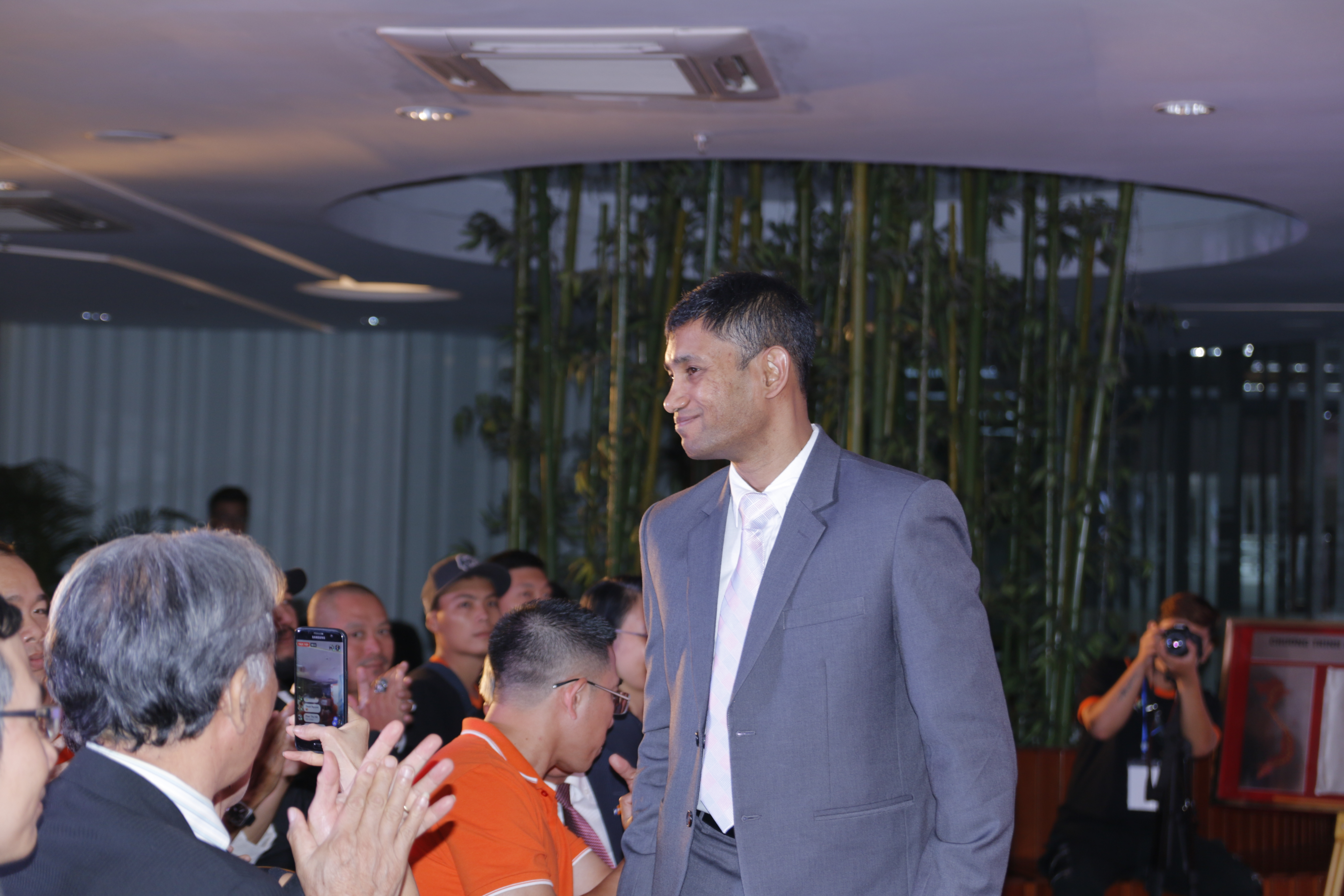 """Đặc biệt, đại diện của liên minh Kỷ lục Thế giới - ông Biswaroop Roy Chowdhury - Phó Chủ tịch Liên minh Kỷ lục Thế giới (WorldKings) đã có mặt từ sớm để trao tặng danh hiệu """"Giải chạy xuyên lãnh thổ quốc gia được tổ chức bởi doanh nghiệp có số lượng lãnh đạo và nhân viên tham gia đông nhất trên đường chạy dài nhất"""" cho chương trình """"Hành trình kết nối"""" của Tập đoàn FPT."""
