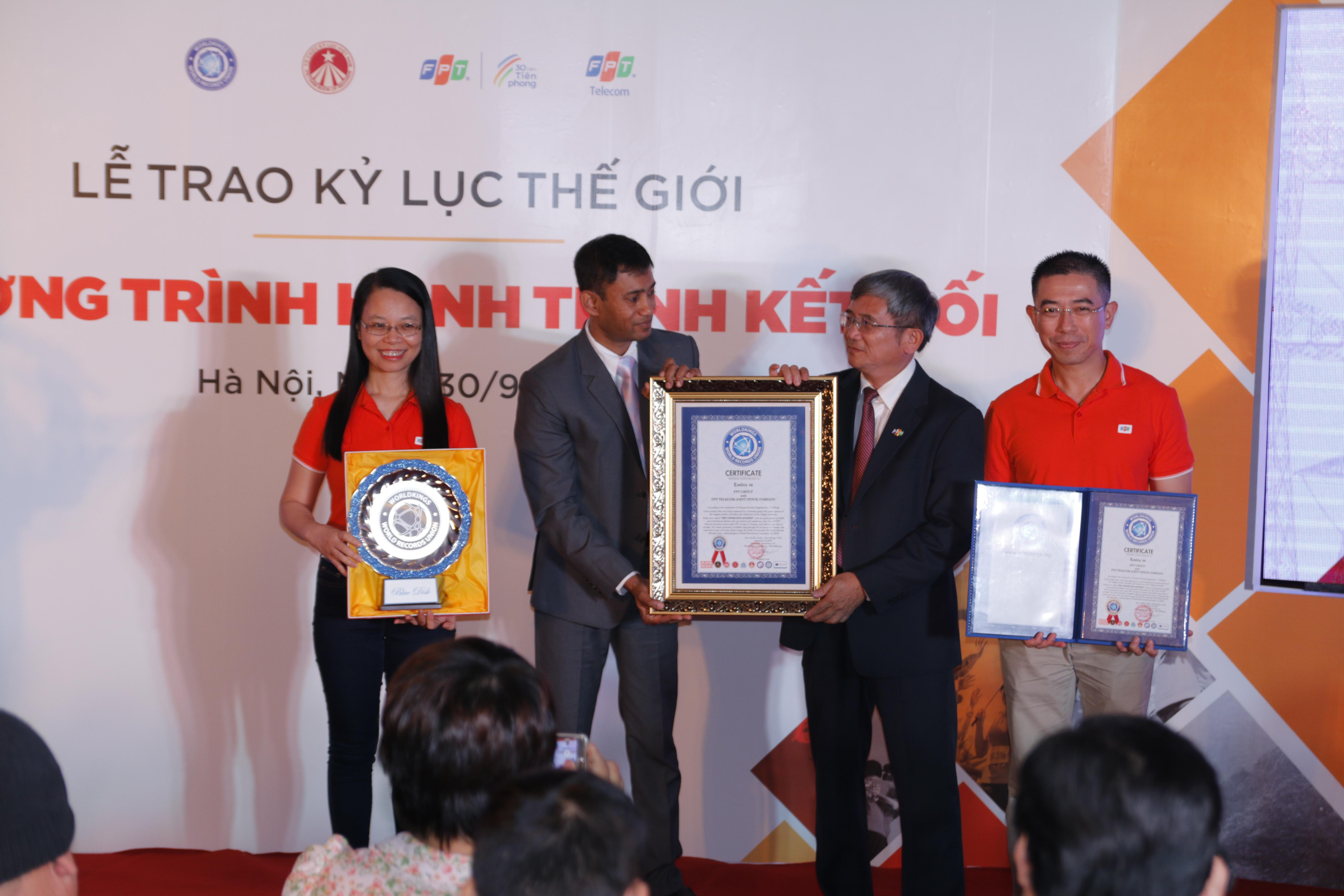 Ông Biswaroop Roy Chowdhury đã trao chứng nhận Kỷ lục cho anh Bùi Quang Ngọc - Tổng Giám đốc FPT, chị Chu Thanh Hà - Chủ tịch FPT Telecom và anh Hoàng Việt Anh - CEO FPT Telecom.