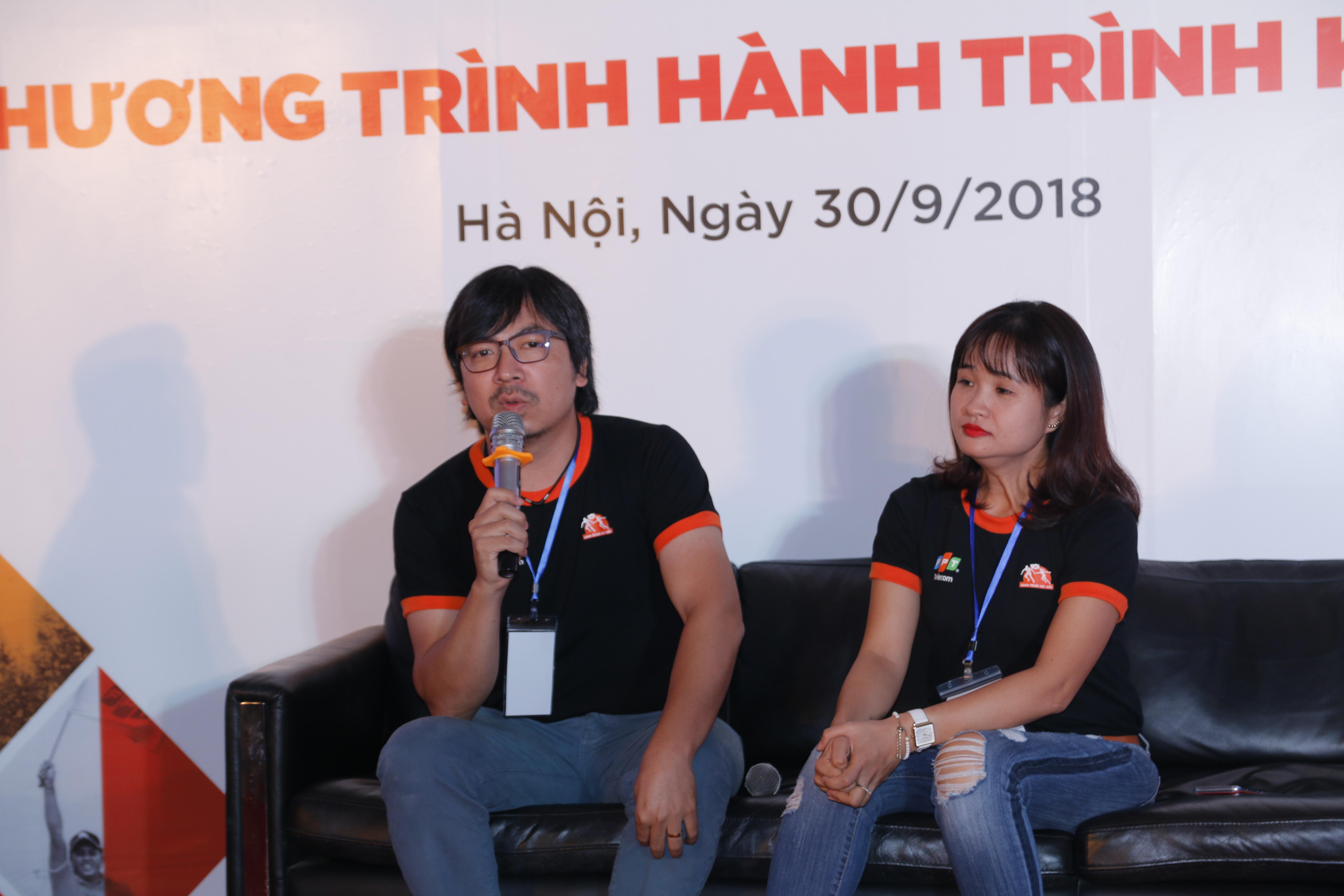 """""""Hành trình kết nối"""" là giải chạy tiếp sức xuyên Việt của 3.000 CBNV FPT trong 31 ngày, chào mừng 30 năm thành lập FPT. Hành trình thể hiện tinh thần tiên phong vượt qua các giới hạn và thách thức mới và là kim chỉ nam trong chặng đường 30 năm phát triển của FPT. Trong ảnh: Giám đốc Ý tưởng giải chạy - anh Đinh Tiến Dũng và Trưởng Ban tổ chức - chị Phùng Thu Trang chia sẻ các câu chuyện hậu trường của giải."""