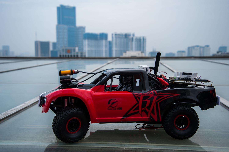 Ngoài việc nhận diện được vật cản, xe đua còn phải xác định được vị trí trong sa bàn để tự đưa ra lộ trình theo yêu cầu. Theo anh Lê Hồng Việt, GĐ Công nghệ FPT, khi thực hiện được hết các yêu cầu của cuộc thi, các thí sinh đã có kiến thức cơ bản để tạo ra một chiếc xe tự lái tiêu chuẩn.