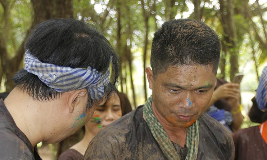 """Anh Nguyễn Văn Hòa, Ban Chất lượng FPT Telecom và các đồng nghiệp đều chung một """"sắc mặt"""" sau hoạt động bắt cá."""