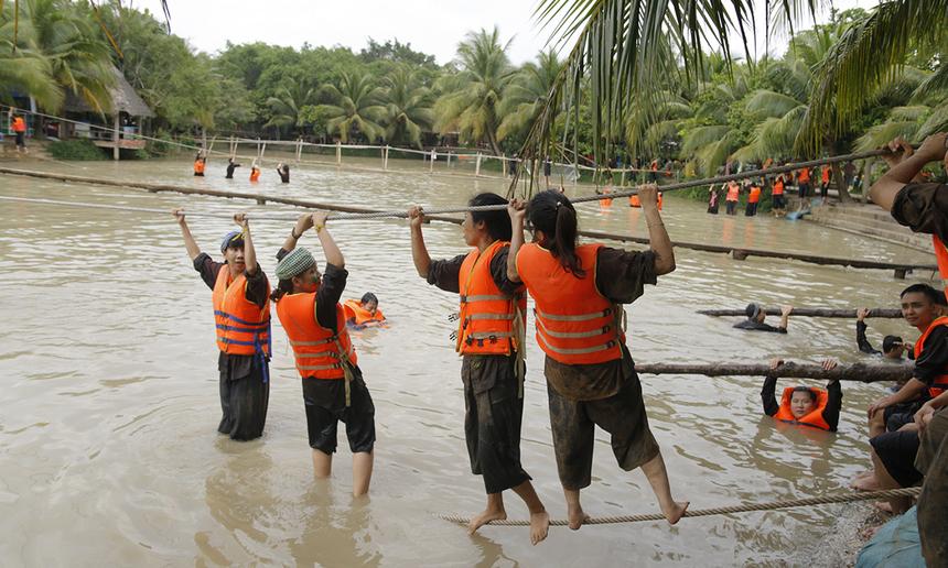 Tiếp tục đến thử thách vượt sông bằng dây văng. 4 đội phải di chuyển toàn bộ thành viên trên dây văng qua sông cùng lúc, đội về nhanh nhất giành chiến thắng.