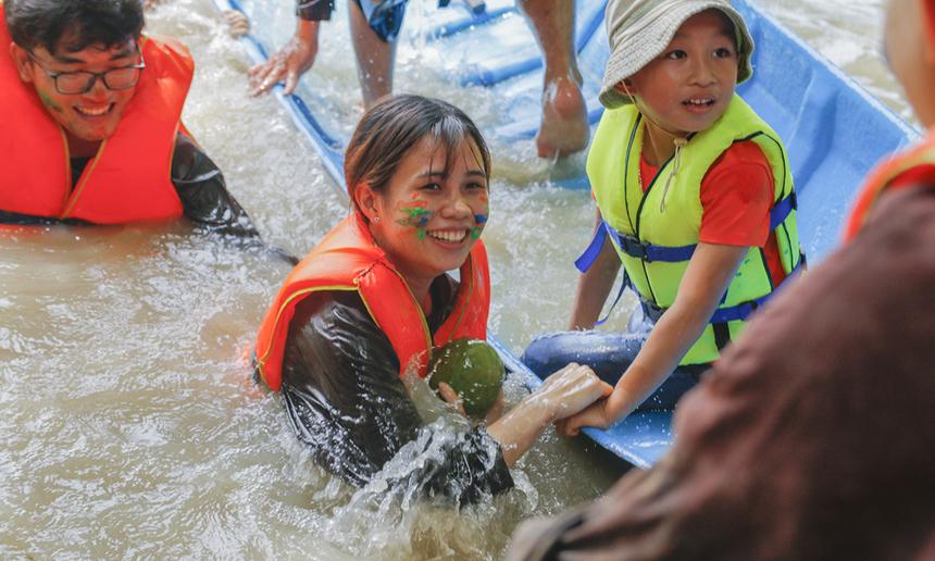 Khó khăn lớn nhất của trò chơi là phải điều khiển được chiếc thuyền đi đúng hướng. Ngoài sức mạnh thể chất, các thành viên đội phải thật sự đồng lòng. Trong trò chơi này, rất nhiều thành viên đã phải bơi dưới nước mang trái cây về đích.