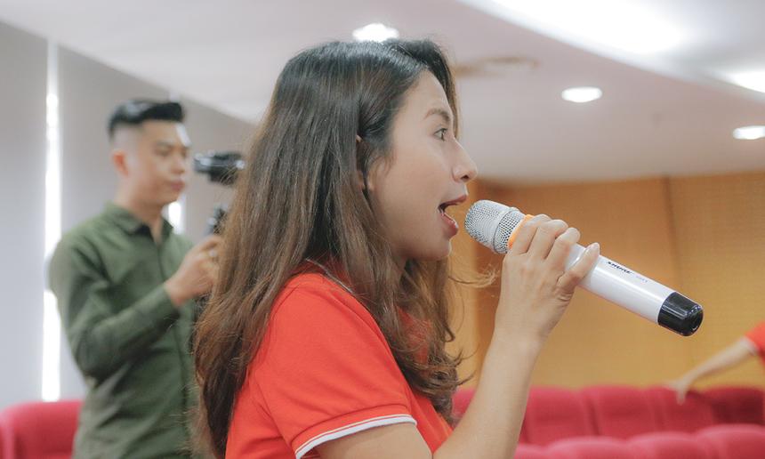 """Chị Võ Thị Minh Tuyền, Phòng Tuyển dụng - Ban Nhân sự FPT Telecom, chào đón sinh viên và giới thiệu về chuỗi chương trình. Tham gia chương trình là cơ hội để sinh viên trải nghiệm, tham quan tổng hành dinh FPT Telecom tại Sài Gòn; tiếp cận những cơ hội nghề nghiệp của một trong những công ty Viễn thông hàng đầu Việt Nam, nắm bắt xu hướng tuyển dụng của doanh nghiệp và """"vấn đáp"""" các lãnh đạo về các vấn đề quan tâm..."""
