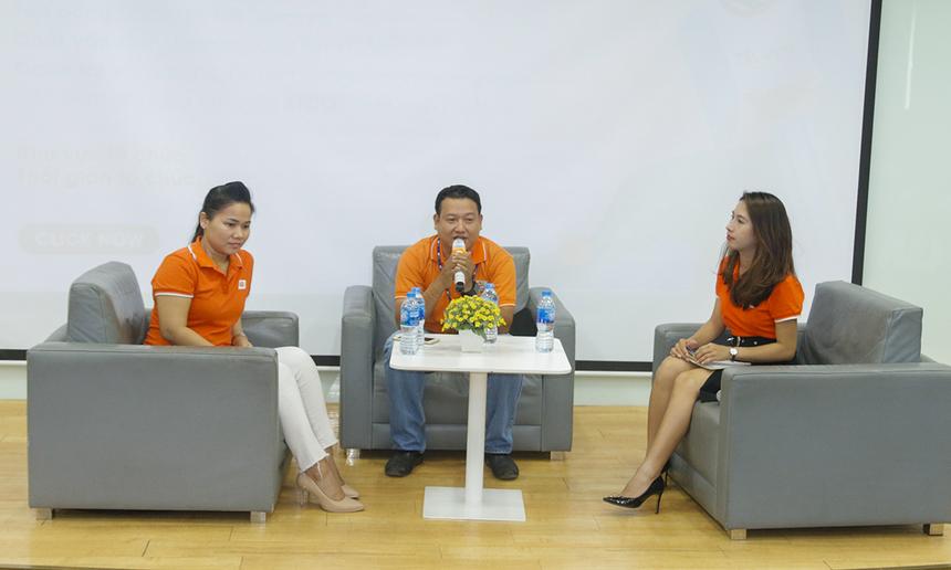 Tiếp theo phần chào đầu của PTGĐ FPT Telecom, 2 diễn giả là chị Võ Thị Kim Hồng - Trưởng phòng Tuyển dụng và anh Lâm Khánh Phương - Giám đốc Trung tâm Kinh doanh Sài Gòn 10 gửi đến sinh viên những kinh nghiệm được rút ra từ quá trình 10 năm gắn bó với công ty.