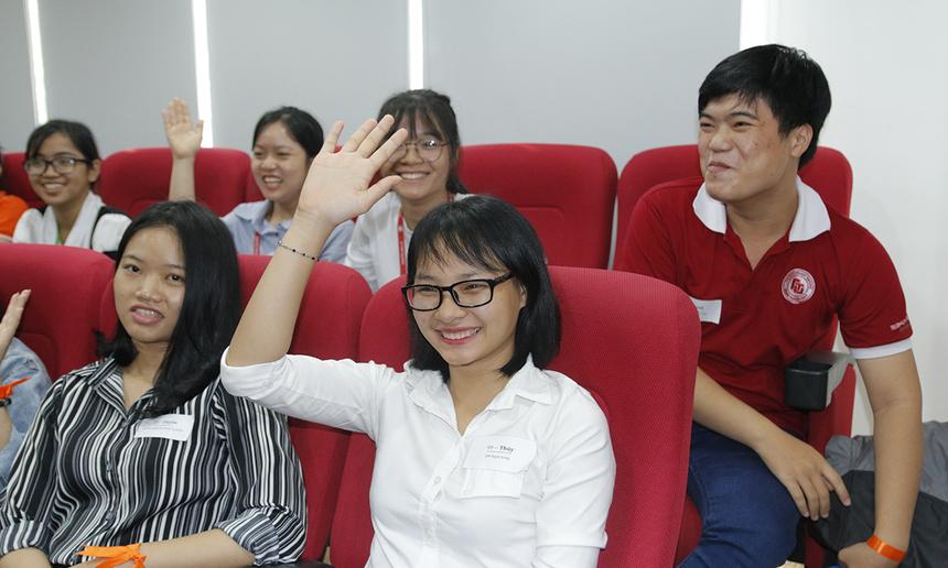 """""""Chất vấn"""" các diễn giả, sinh viên đưa ra các câu hỏi liên quan đến cơ hội nghề nghiệp và cách phát triển bản thân."""