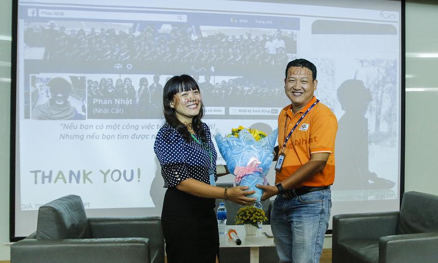 Cô Đinh Thị Tâm - Giảng viên trường ĐH Văn Hiến tặng hoa cho anh Lâm Khánh Phương - đại diện FPT Telecom.
