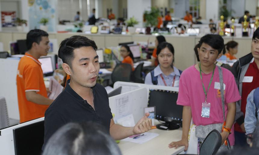 Sau phần chia sẻ tại phòng hội nghị, sinh viên chia thành các nhóm để tham quan các phòng ban của FPT Telecom tại Tân Thuận. Trong hình, anh Võ Minh Tân đang giới thiệu về Trung tâm Marketing FPT Teleocom và giải đáp thắc mắc của sinh viên.