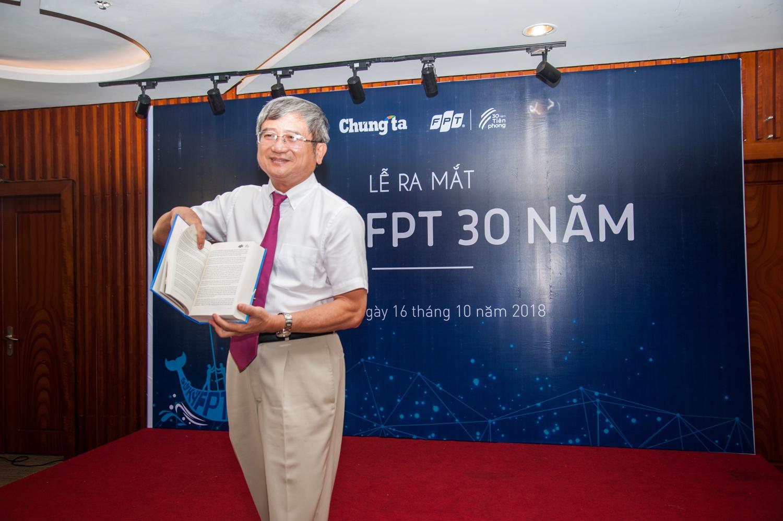 """Theo anh Ngọc, cả hành trình dài của FPT đã được khắc họa rõ nét trong cuốn Sử ký này. CEO Tập đoàn chính thức """"trình làng"""" cuốn sách """"Sử ký FPT 30 năm - Mở lối Tiên phong"""" trước sự chứng kiến của 50 người tham dự."""