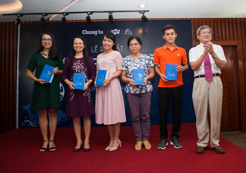 Tham dự buổi lễ ra mắt, hơn 30 người may mắn được nhận cuốn sách Sử ký FPT 30 năm có phần ký tặng của TGĐ FPT Bùi Quang Ngọc.