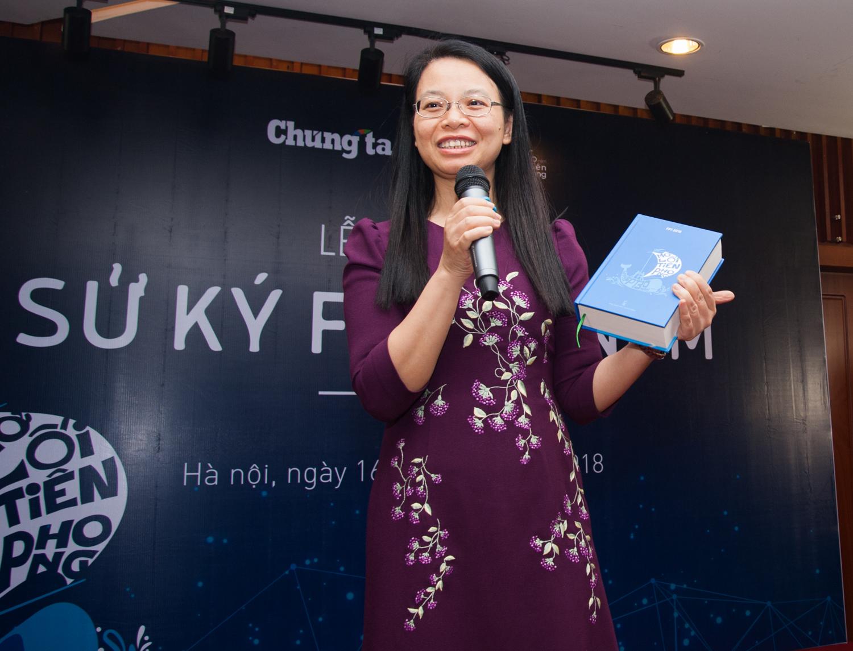 """Chị Chu Thanh Hà, Chủ tịch FPT Telecom, cũng là một trong hơn 30 người được CEO Bùi Quang Ngọc trao tặng cuốn sách """"Sử ký FPT 30 năm"""" có chữ ký của anh. """"Cảm giác được cầm cuốn sách trên tay, tôi cũng hồi hộp và tràn đầy hạnh phúc. Tôi hy vọng cuốn sách sẽ là món quà quý giá sau mỗi giờ làm việc căng thẳng"""". """"Cuốn sách này hay hơn nữa đối với bố mẹ chúng ta ở nhà. Bố mẹ là người luôn tò mò muốn biết cuộc sống làm việc ở FPT như nào, con cái mình làm gì, cảm xúc ra sao nên tôi nghĩ đây là món quà tuyệt vời với cả những bậc phụ huynh. Hôm nay, tôi sẽ mang cuốn Sử ký này dành tặng cho bố"""", chị Hà bày tỏ."""