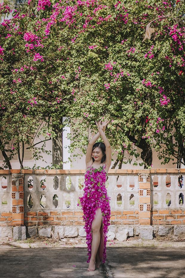 """""""Ngay khi biết về cuộc thi 'Bông hậu FTEL', tôi đã nảy ra ý tưởng làm một chiếc váy đính hoa khi nhìn thấy dàn hoa giấy đang nở gần nhà"""", Lộc bật mí. Cô gái dành một ngày để hoàn thành chiếc váy. """"Một mình tôi làm váy nên hơi mất thời gian, từ lấy hoa đến việc gắn từng bông vào chiếc váy"""", Lộc chia sẻ."""