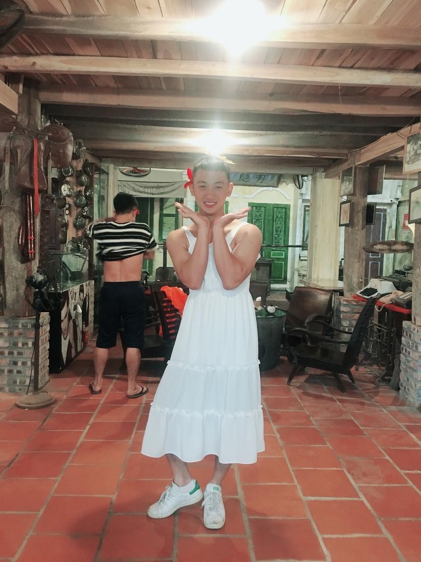 """Xinh đẹp hơn hoa là cụm từ khóa mà mọi người ưu ái dành cho học viên Nguyễn Bá Cương. Cương là tân binh nhà F, làm việc tại FPT Shop. """"Cô nàng"""" sở hữu gương mặt thanh thoát với nụ cười duyên, vì vậy càng lung linh trong bộ váy trắng."""
