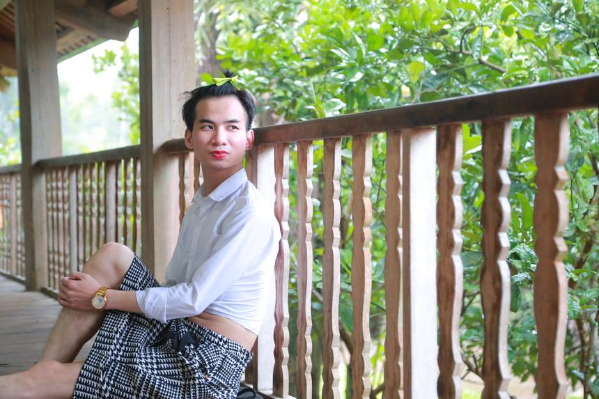 Thành viên Cấn Xuân Hưng - nhân viên FPT Retail đằm thắm trong set đồ áo sơ mi - váy caro. Đây là trải nghiệm thú vị mà lần đầu tiên anh Hưng được trải nghiệm.