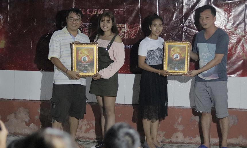 Ban lãnh đạo tặng chứng nhận cho các cá nhân xuất sắc.Chị Toeung Sreiphor (Telesales) (áo hồng) cảm thấy may mắn khi lần đầu được tham gia vào đội ngũ nhân viên kinh doanh xuất sắc vì đạt được chỉ tiêu trong những tháng vừa qua. Toeung Sreiphor hy vọng sẽ tiếp tục được đồng hành cùng CLB.