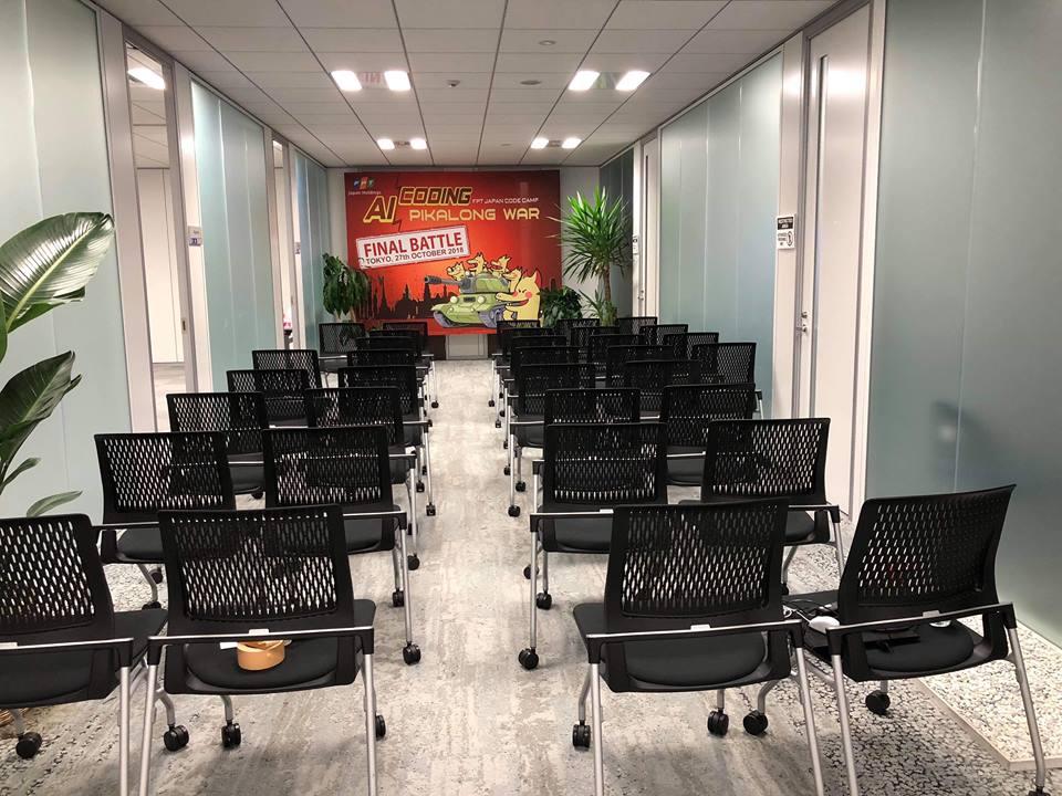 Các ghế ngồi được bố trí ngay ngắn phục vụ cho buổi lễ.