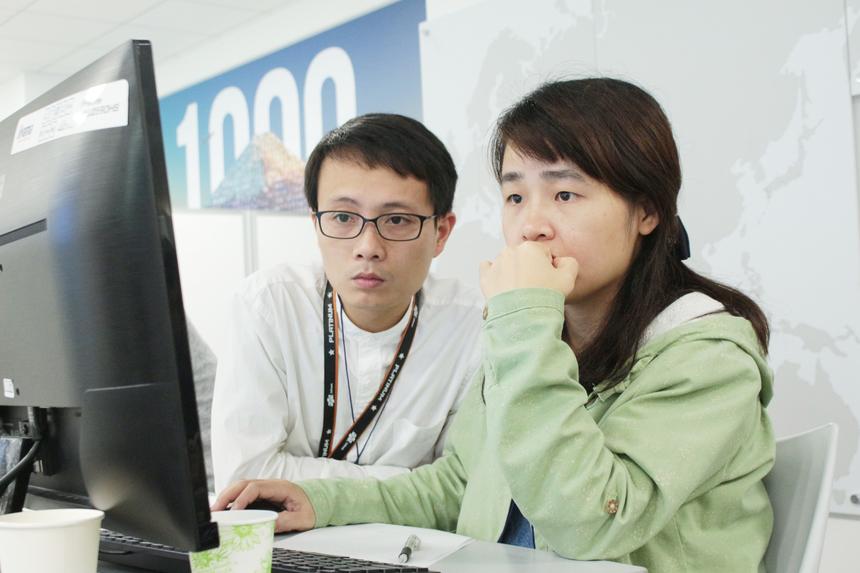 Đội INO dưới sự lãnh đạo của Hoa hậu FPT Japan 2017 - anh Nguyễn Huy Hiệu (trái). Hiện họ mới hoàn thành 1/4 của 1 bài/9 bài.