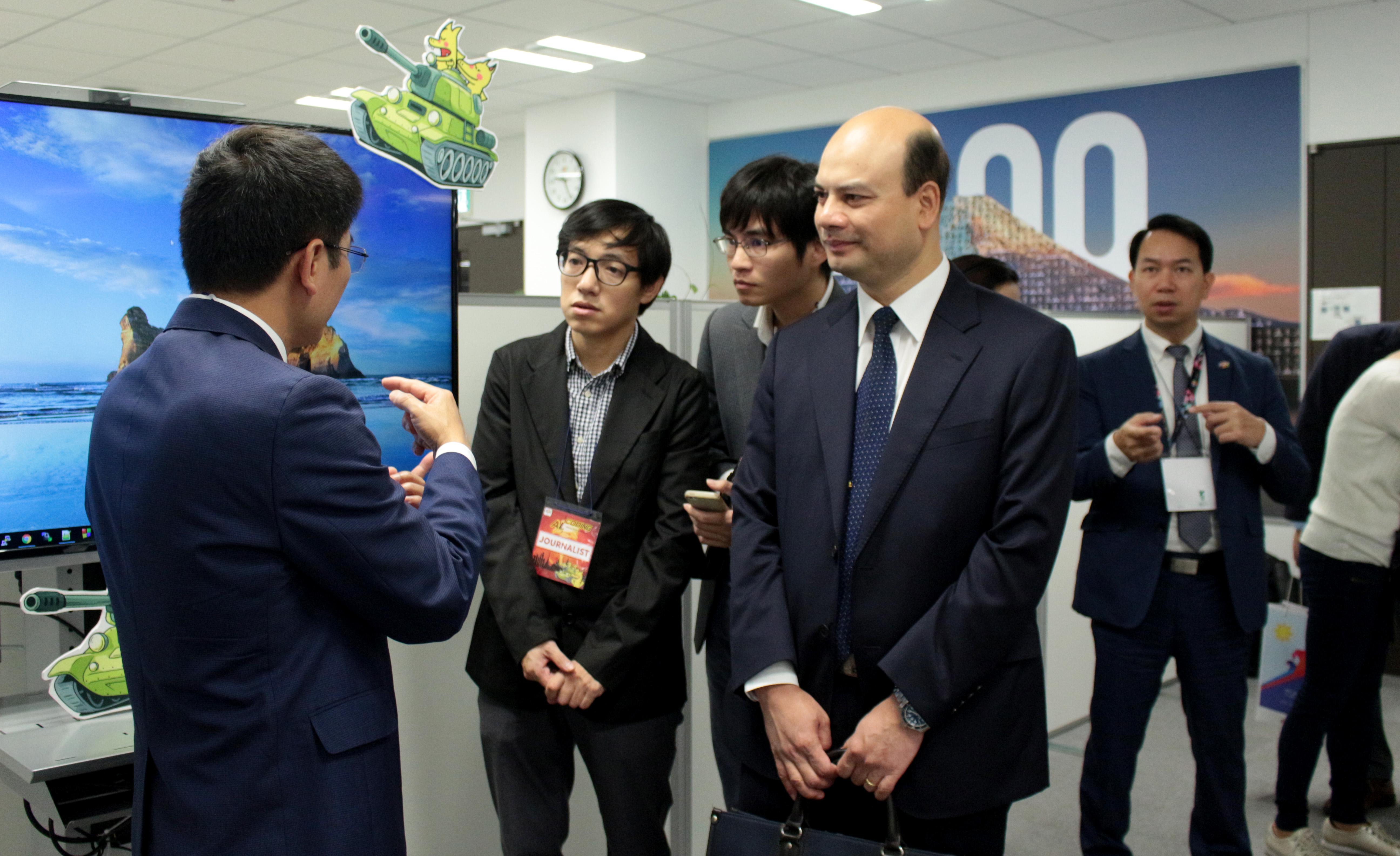 Tham tán đi thăm cơ sở vật chất văn phòng FPT Japan.