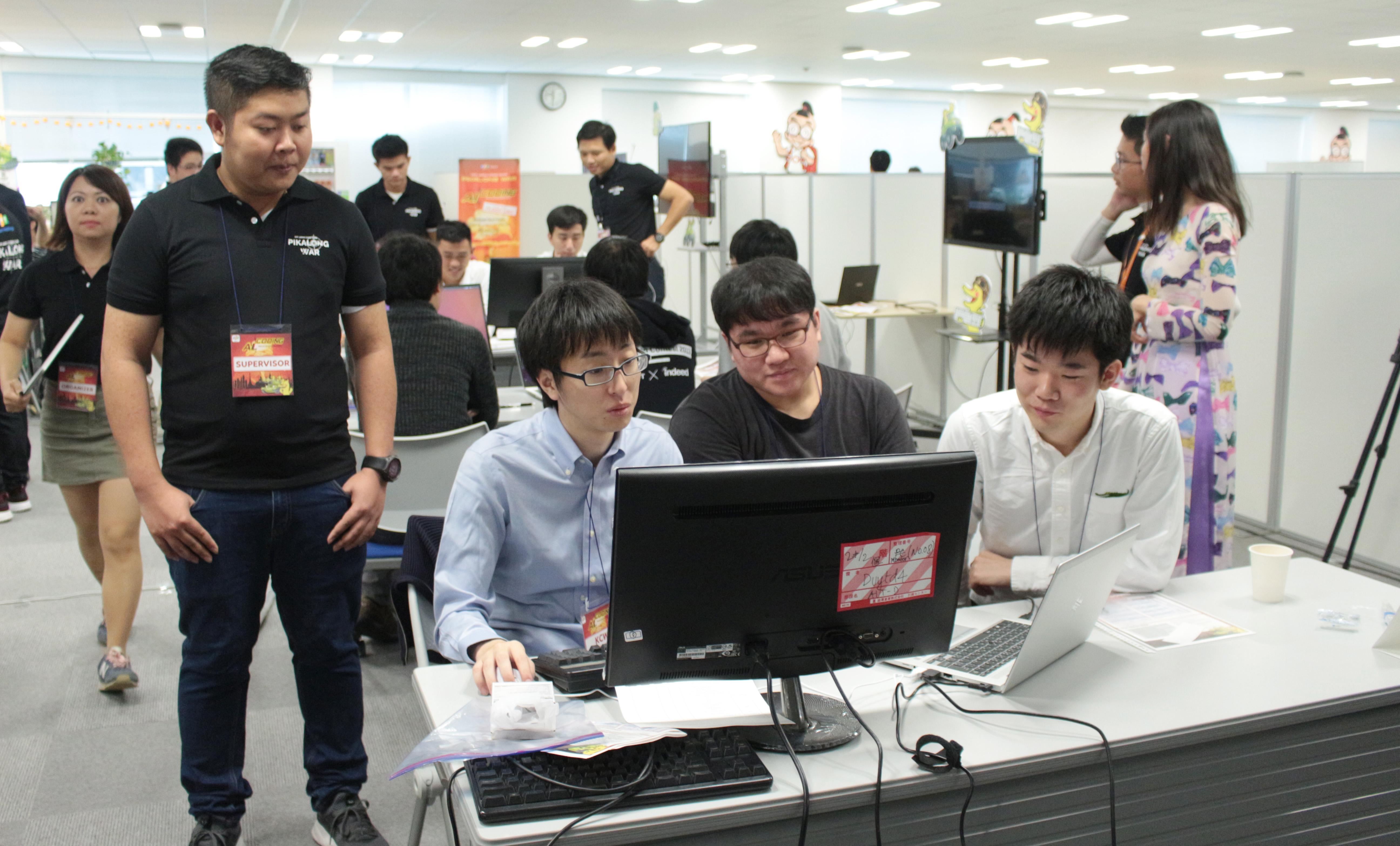 Ngay sau lễ khai mạc, 11 đội thi đã tranh tài thông qua ''Bài tập lớn AI'' (Trí tuệ nhân tạo).