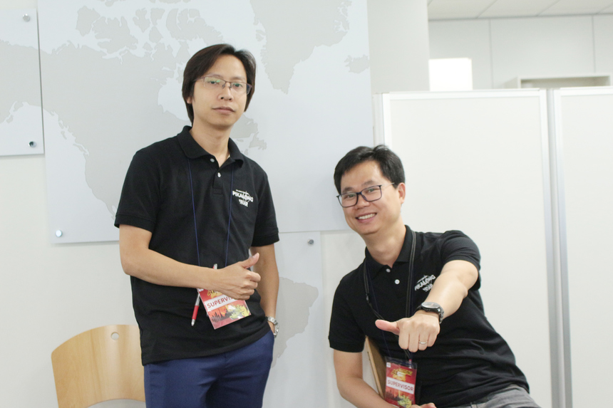 Hai anhBùi Việt Hà (FPT Japan ISS-D) và Ngô Văn Khôi (FPT Japan MSD-D). Anh Hà (bên phải) cho biết các đội thi đều tuân thủ theo quy chế thi Pikalong War, không có việc dùng tài liệu hay hack bài tập.