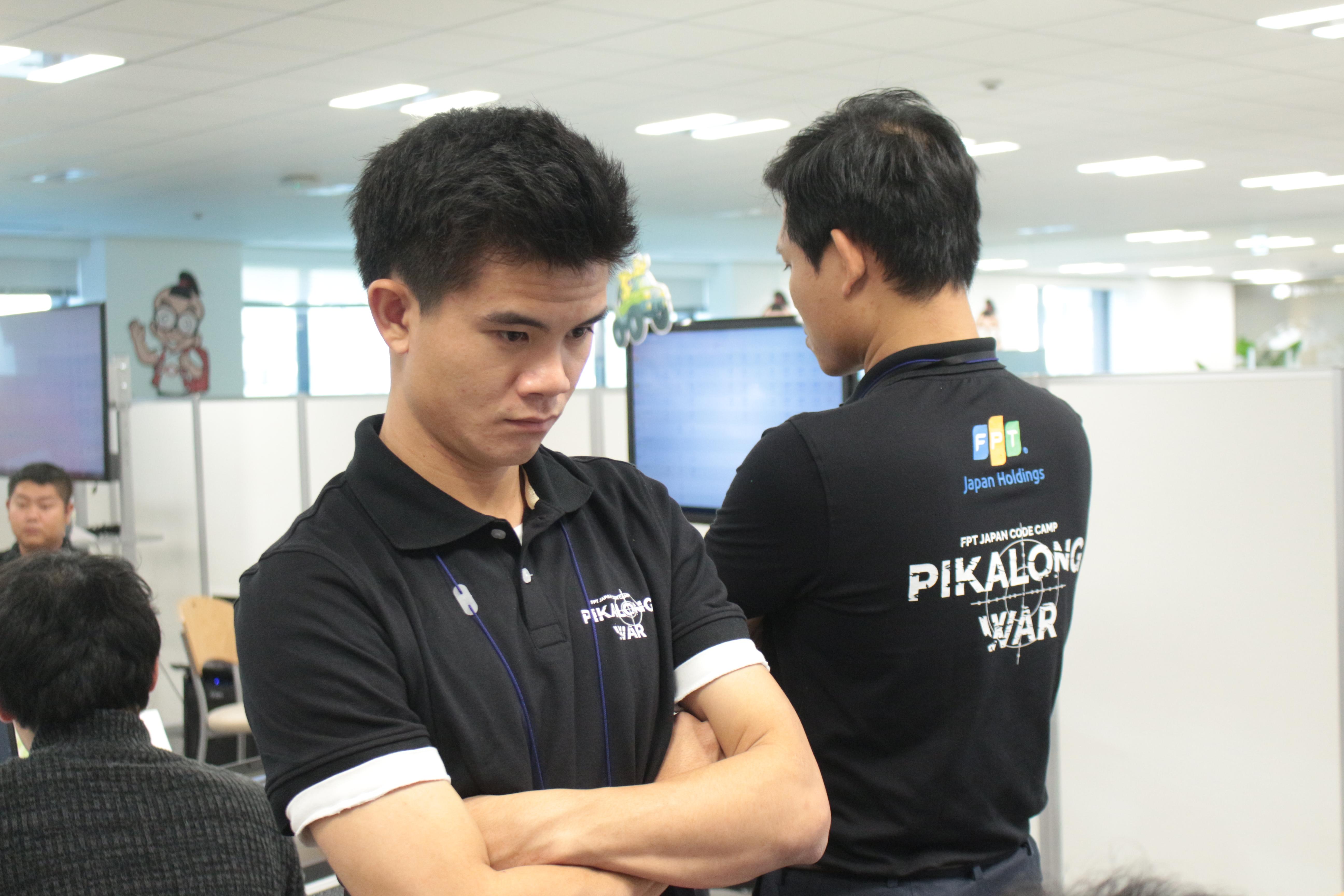 Đinh Xuân Bách (FPT Japan BNK-D) khá trẻ tuổi. Anh luôn chăm chú với phần thi của thí sinh.