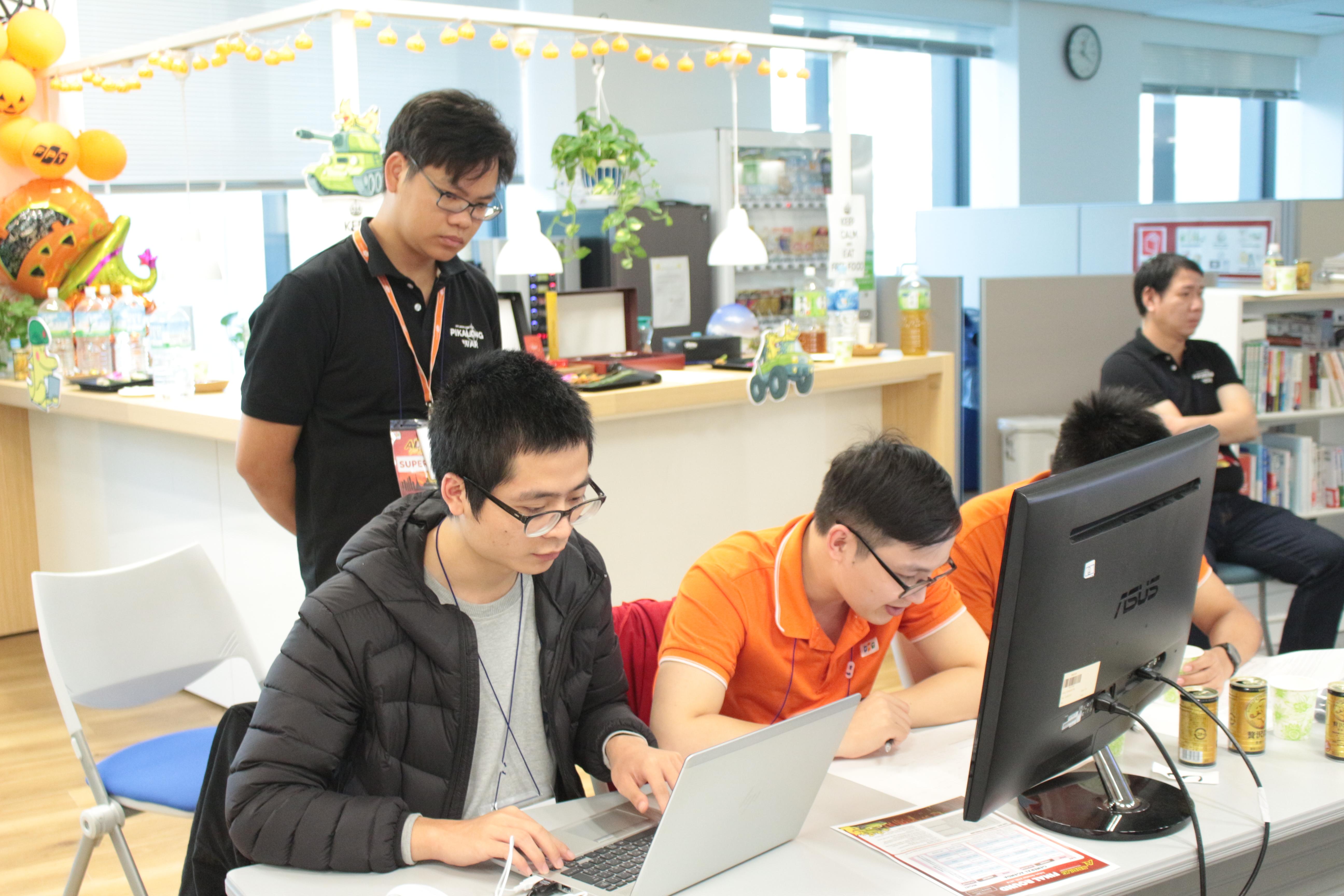 Nguyễn Văn Thành (FPT Japan SEC-D) hỗ trợDTL.Ship.Tourists - Quán quân Code War FPT Software.