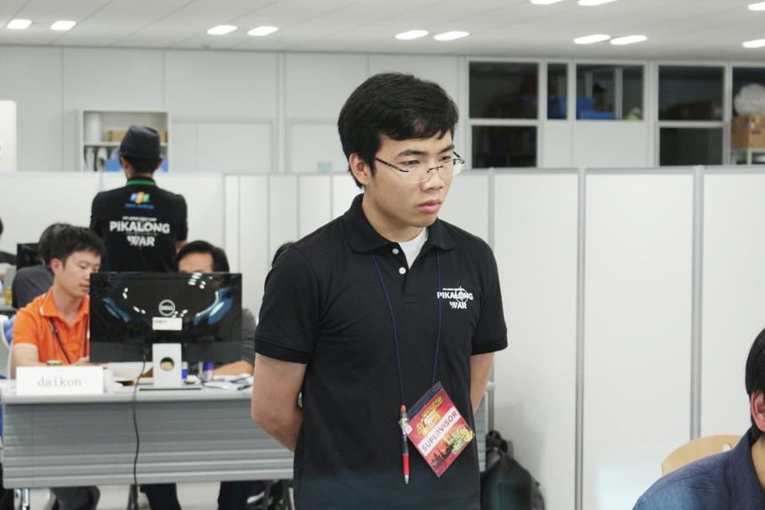 Nguyễn Quang Hưng (FPT Japan ISS-D). Hưng cho biết, các thành viên đều phải đa-zi-năng để có thể hỗ trợ các thí sinh khi có vướng mắc.