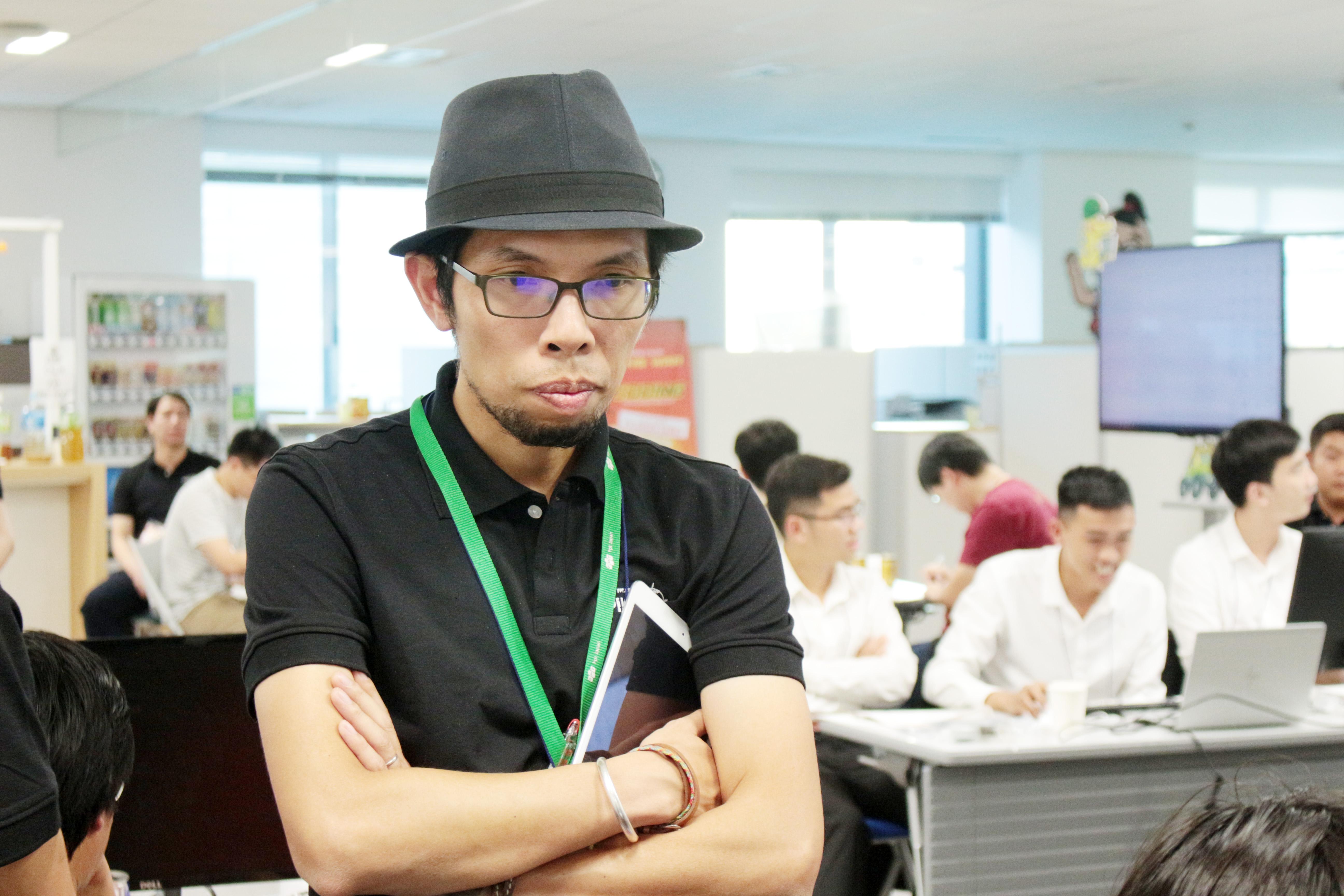 Đội trưởng nhóm giám sát Nguyễn Tuấn Dương (FPT Japan N.500-D) đăm chiêu giám sát đội thi.