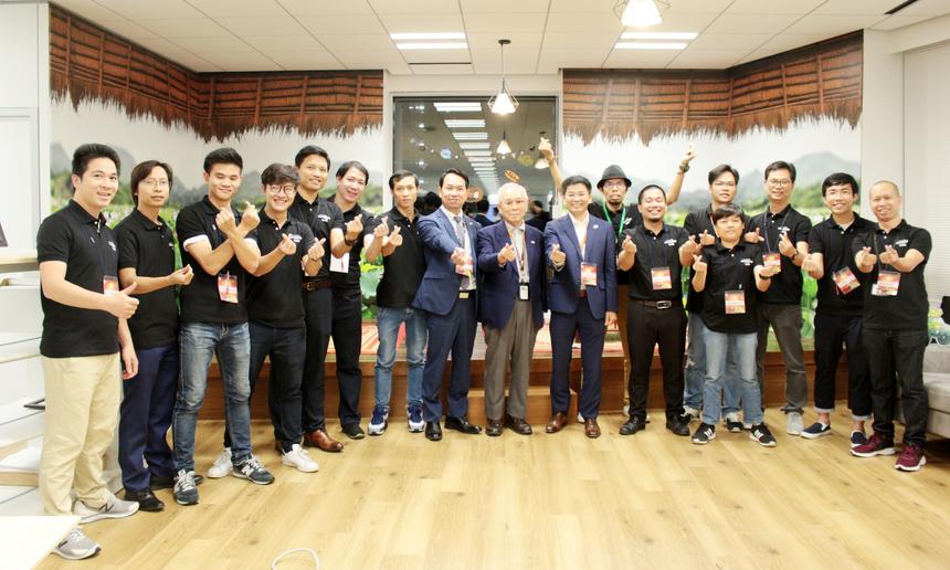Bác Ogawa Takeo (FPT Japan) và CDO FPT Japan Đỗ Văn Khắc chụp ảnh cùng đội ''vệ sĩ'' Pikalon War. Ngày 27/10, sau 9 tiếng so tài lập trình, đội Vookie đã xuất sắc vượt qua 10 đội tại vòng chung kết với 2.546 điểm trong thời gian 11 giờ 30 phút 16 giây. Cuộc thi lập trình Pikalong War dành cho những người đam mê công nghệ, cộng đồng yêu thích lập trình. Cuộc thi có tổng giá trị giải thưởng 17.000 USD tiền mặt, trong đó, phần thưởng cho giải Nhất là 10.000 USD.