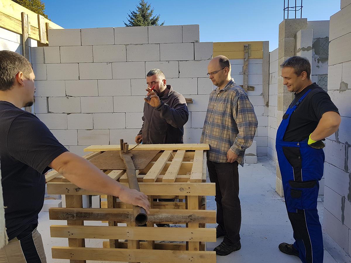 Hoạt động trách nhiệm xã hội của FPT Slovakia diễn ra vào ngày 15/10 tại Košicecó sự tham gia của 2 Giám đốc điều hành FPT Slovakia Olaf Baumann và anh Trần Côi, cùng các quản lý, CBNV tại đơn vị.