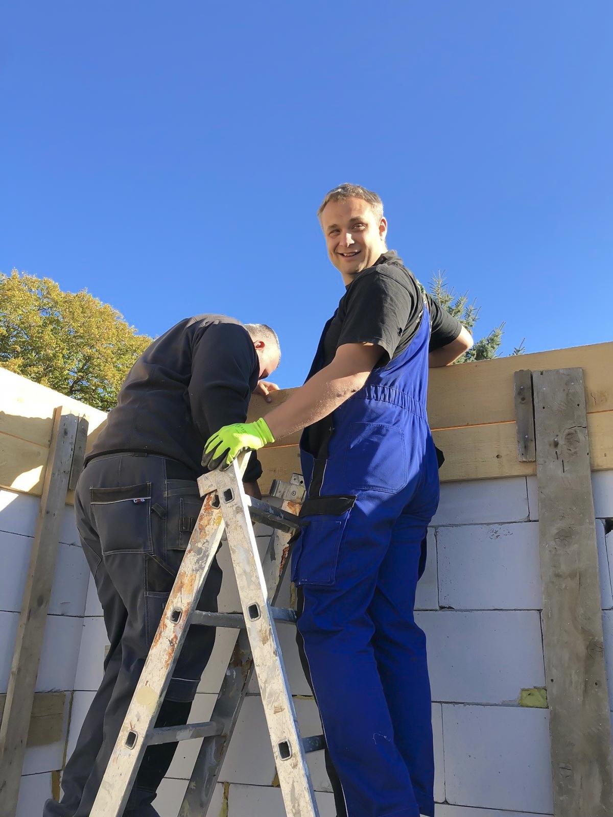 Người FPT Slovakia trong trang phục công nhân xây dựng, sử dụng các công cụ lao động để góp sức cho trẻ em được sống trong sự an toàn.