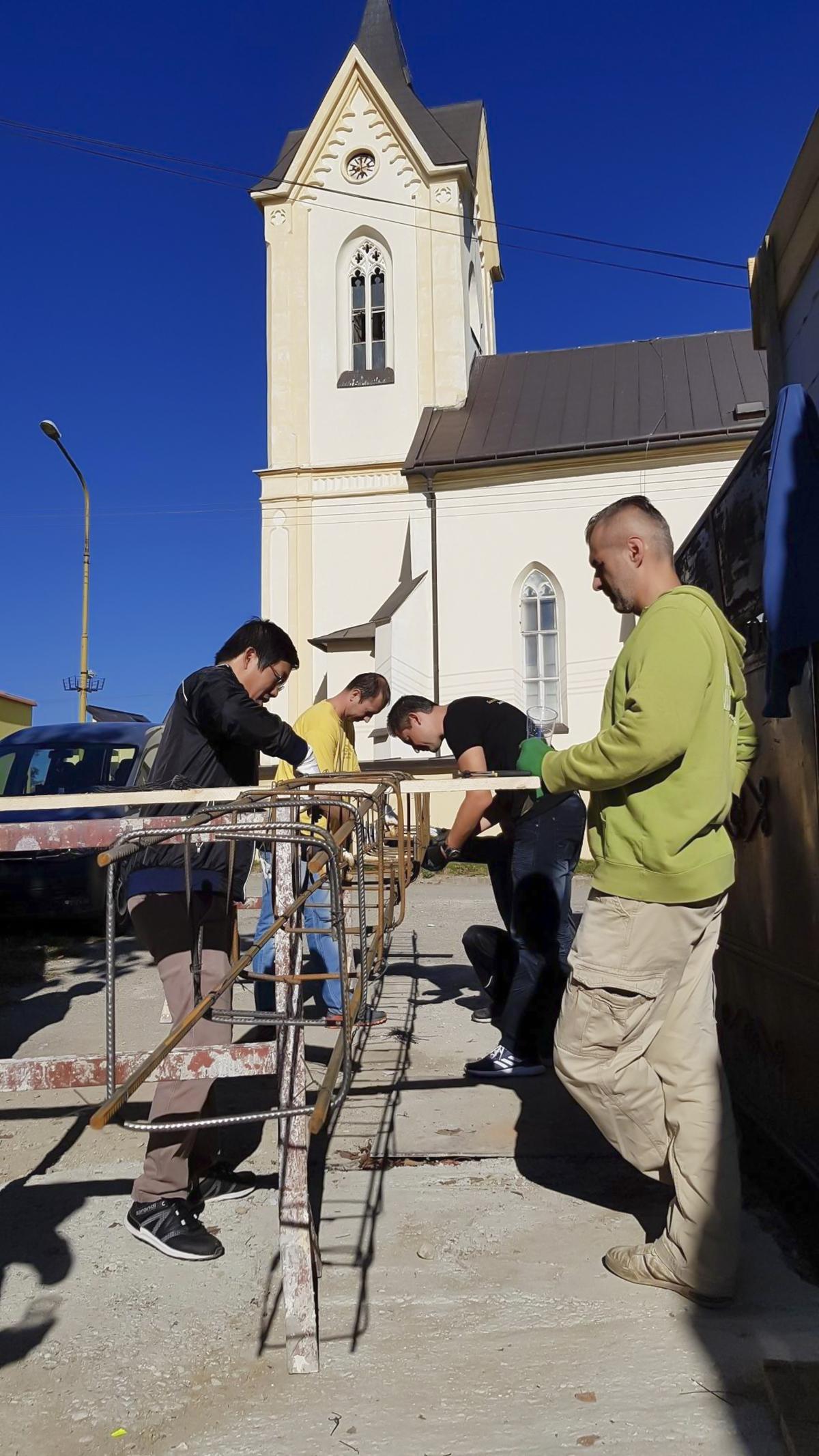 """Người F ở Slovakia biến thành những công nhân xây dựng thực thụ với các thao tác thành thục.Ông Rado Dráb (Quản lý Crisis Center) xúc động: """"Người FPT thật tuyệt vời. Tiến độ hoàn thành nhanh hơn những gì chúng tôi mong đợi. Họ làm việc hết mình. Tôi tin tưởng chắc chắn rằng công trình sẽ được hoàn thành sớm""""."""