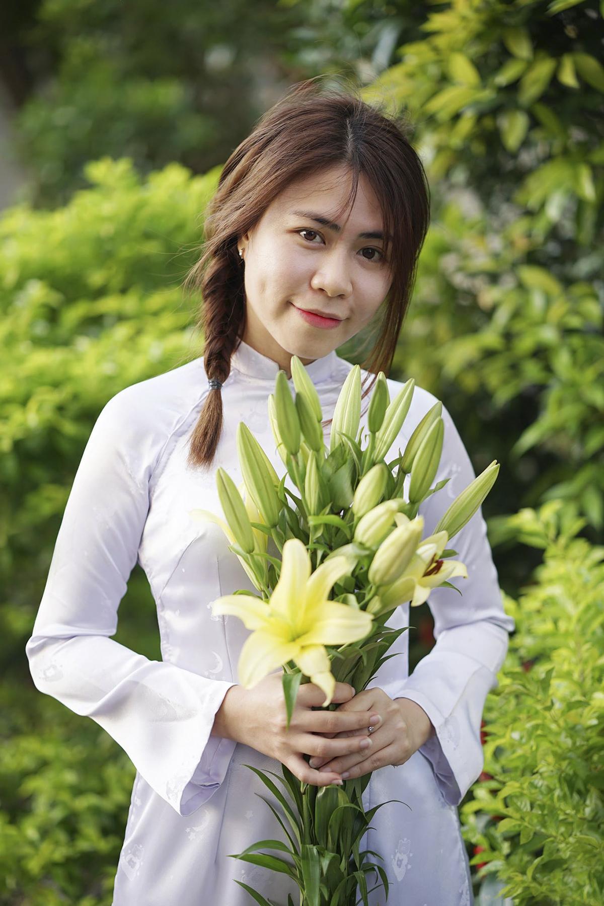 Người đẹp Hà Thị Trà My (FSU1.BU52) rạng ngời bên hoa ly.