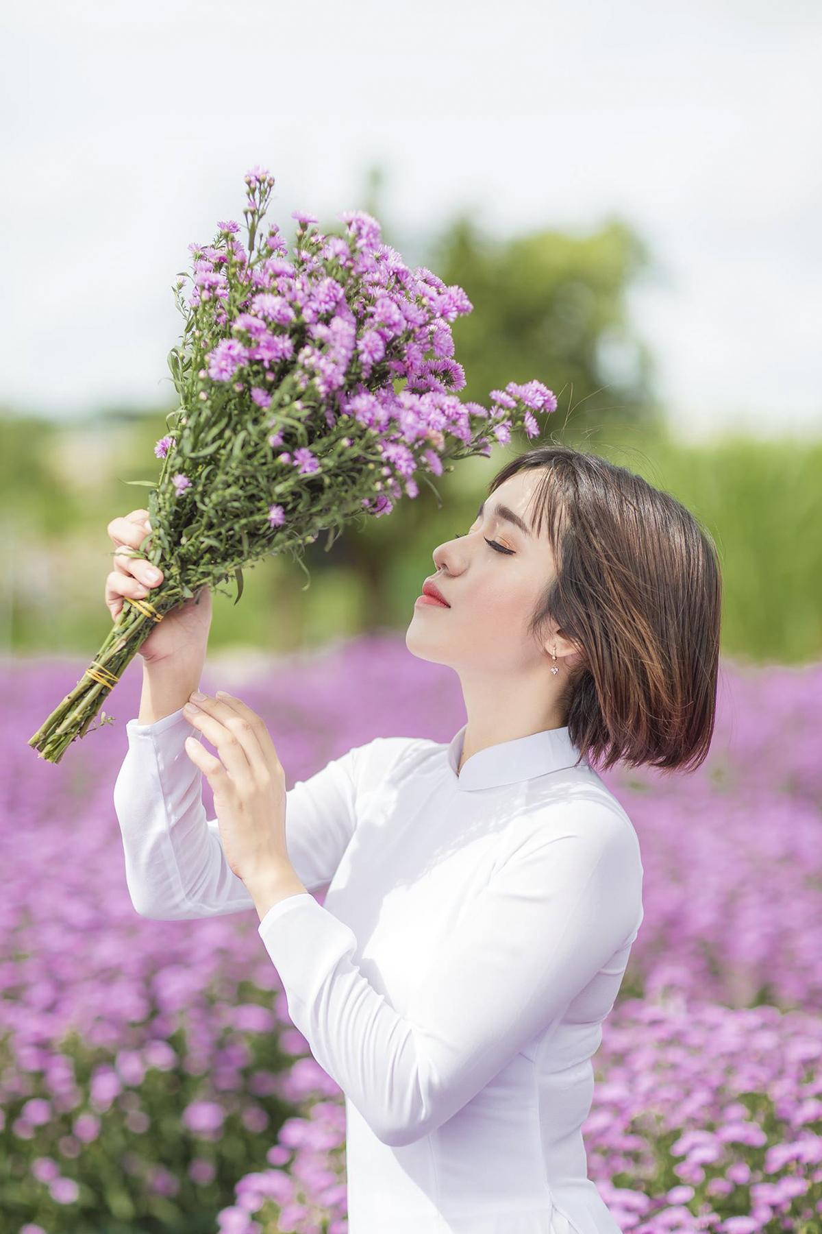 Trong khi đó, người đẹp dịch thuật Nguyễn Thị Ngọc Ngân (FGC.SG2) kiêu sa bên màu tím của thạch thảo.
