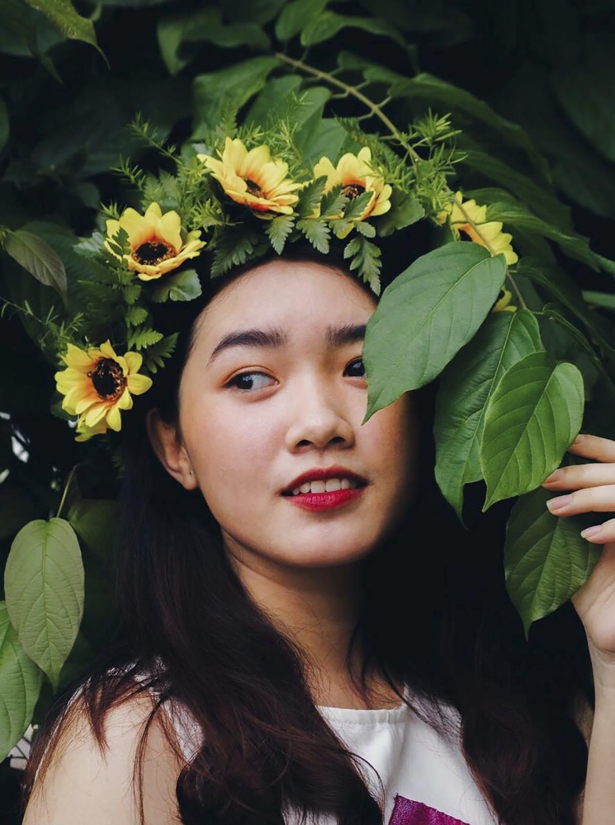 Không kém phần thu hút là Trần Thúy Vân (FA.G0) với phụ kiện vòng hoa vàng trên đầu xinh xắn.