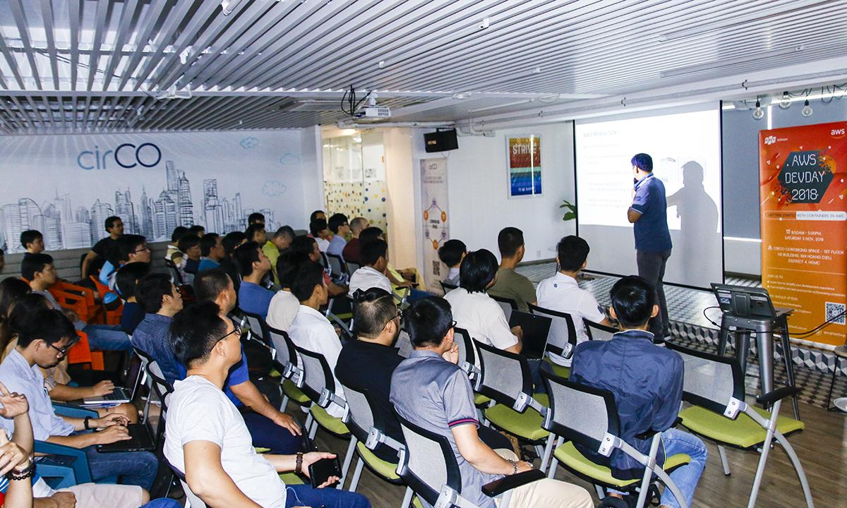 FPT Software cùng Aamazon Web Services - mảng đám mây của gã khổng lồ Mỹ - tổ chức AWS DevDay 2018 tại hai thành phố. Ngày 3/11, AMS DevDay Việt Nam mở màn ở TP HCM từ 8h đến 17h tại CirCo coworking space, 384 Hoàng Diệu, quận 4.