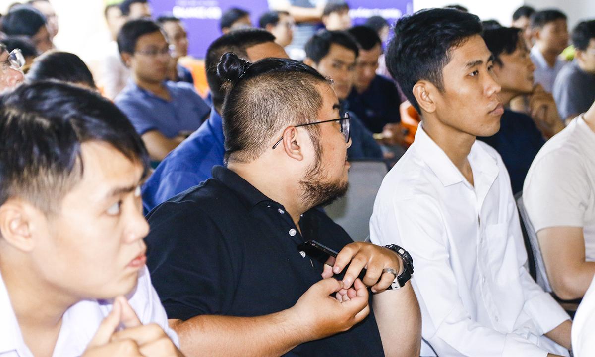 Đến với ngày đầu tiên của AMS DevDay Việt Nam tại TP HCM là hơn 150 Architects & Developers/Infrastructure & DevOps Engineers/Technical Managers với những mục đích khác nhau, nhưng hầu hết đều muốn tìm hiểu về các service của Amazone để phục vụ cho doanh nghiệp, công việc của mình. Anh Hoàng Văn Trượng (ngoài cùng bên phải), đơn vị FPT Software Smart Factory (FSF), muốn biết về các dịch vụ của AWS ví dụ container, tìm hiểu các tư vấn từ chuyên gia để xây dựng web hiện đại, nhanh chóng. Anh cho biết may mắn biết được chương trình do FPT Software và AWS tổ chức nên đăng ký tham gia. Anh Trượng học được kinh nghiệm phát triển web và đánh giá các diễn giả đều có kinh nghiệm sâu, vấn đề của người tham gia đều được hướng dẫn tận tình, cụ thể. Trong khi đó, anh Trần Minh Khoa (FSU2 FPT Software) có ý định thi chứng chỉ AWS nên tham gia AWS DevDay để tìm hiểu.