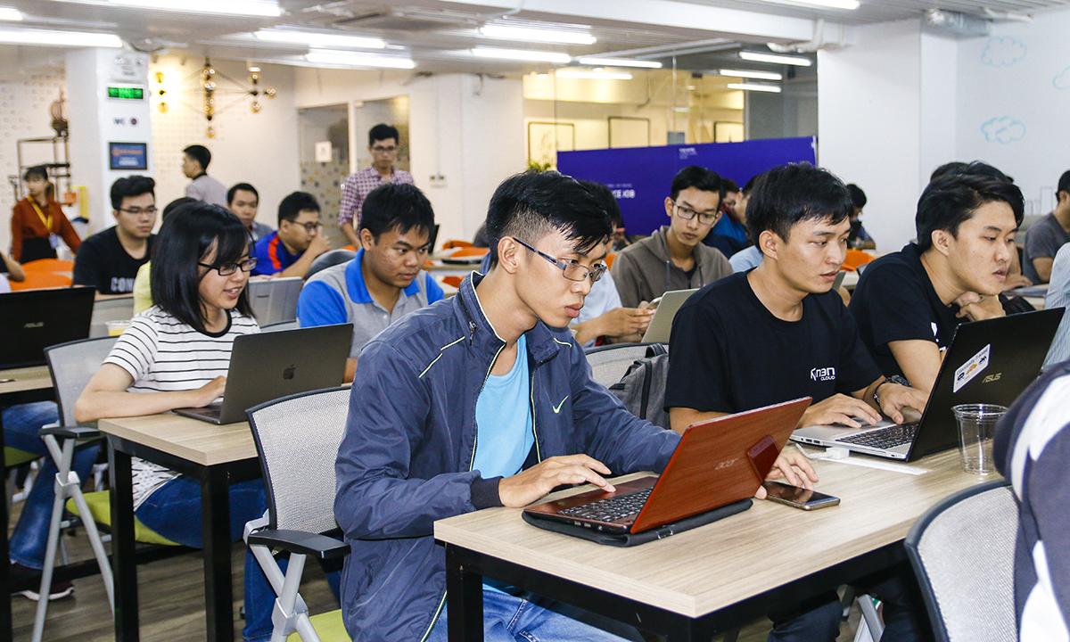 Đặc biệt, người tham gia AWS DevDay được thực hành kiến thức học hỏi được trong ngày trực tiếp tại sự kiện.