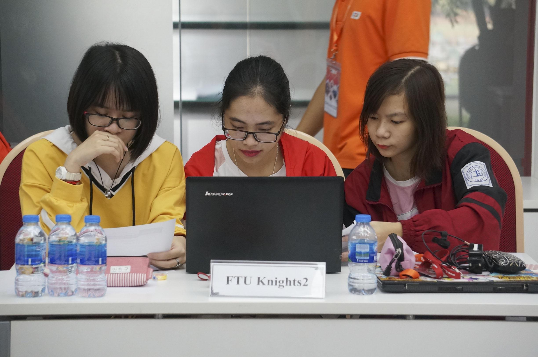 Nhóm nữ duy nhất tại cuộc thi ACM online đến từ ĐH Ngoại thương. 3 cô gái nhỏ bé nhưng đam mê công nghệ thông tin. Với 2/3 thời gian, các bạn đạt thành tích 4/12 bài.