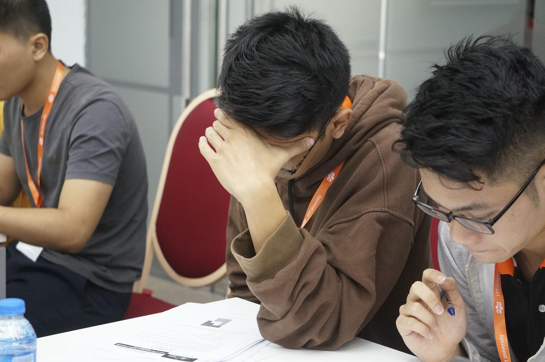 Các thí sinh có 5 tiếng hoàn thành 12 bài thi, từ 8h đến 13h.Mỗi đội thi gồm 3 thành viên, trong suốt quá trình thi, thí sinh không được sử dụng bất kỳ công cụ hỗ trợ lập trình có thể tạo ra các chương trình tự động như yacc, lex…