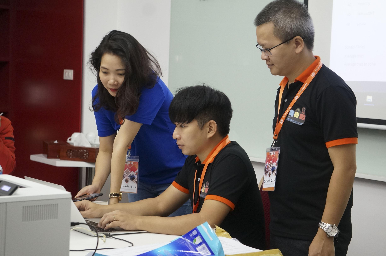 Đúng 13h, cuộc thi lập trình quốc tế ACM online toàn quốc kết thúc với kết quả cao nhất 9/12 bài của team Map - ĐH Khoa học Công nghệ Hà Nội. Về nhì là đội đến từ ĐH Bách khoa TP HCM.  Cuộc thi ACM/ICPC 2018 được tổ chức tại 9 site trên toàn quốc: Hà Nội (3 site), TP HCM (3 site), Đà Nẵng, Nha Trang. Đối tượng dự thi là toàn bộ sinh viên đang học tập và rèn luyện trong các trường ĐH có đam mê và yêu thích lập trình viên. Cuộc thi ACM/ICPC là kỳ thi lập trình sinh viên quốc tế danh giá, được tổ chức hằng năm, quy tụ các sinh viên giỏi về lập trình và giải thuật trong giới sinh viên quốc tế. Kỳ thi được tổ chức lần đầu tiên tại Mỹ năm 1977 dưới sự bảo trợ của Hiệp hội Máy tính Mỹ (Association for Computing Machinery - ACM). Năm 1989, kỳ thi bắt đầu được mở rộng cho sinh viên Công nghệ thông tin trên phạm vi toàn thế giới. Từ năm 2006 tới nay, Việt Nam liên tục có đội tuyển nằm trong bảng xếp hạng Top 100 trường đại học ghi danh trong Chung kết toàn cầu ACM/ICPC. Qua các mùa giải, kết quả và thứ hạng của đội tuyển Tin học Việt Nam liên tục được nâng cao. Phong độ ổn định của đội tuyển Việt Nam tại ACM/ICPC toàn cầu đã góp phần cải thiện đáng kể hình ảnh và vị trí của lĩnh vực đào tạo công nghệ thông tin Việt Nam trong mắt bạn bè thế giới.