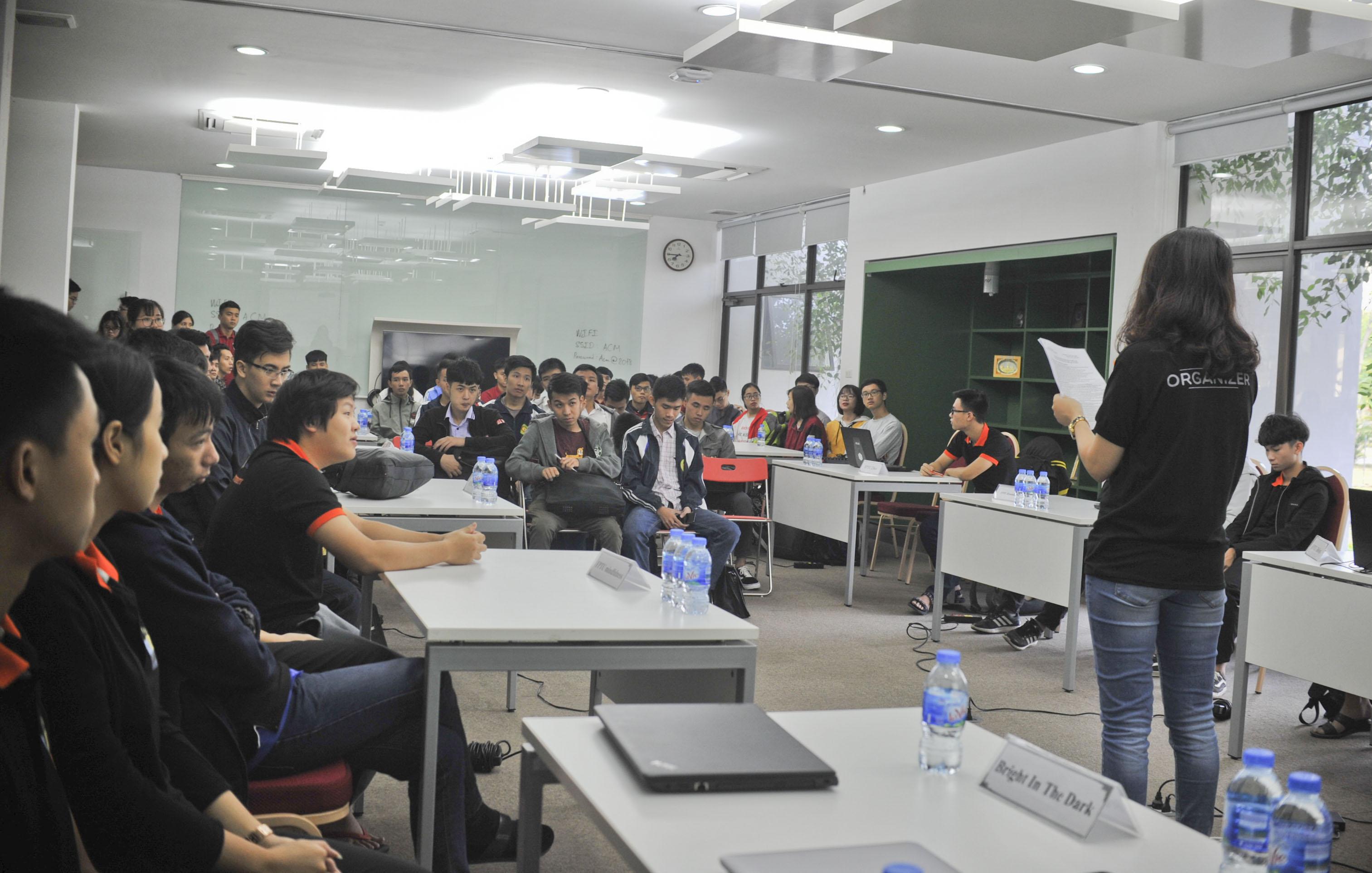 7h30 sáng nay (ngày 4/11), các đội thi với những sinh viên ưu tú, đam mê công nghệ, lập trình từ các trường ĐH hàng đầu Việt Nam có mặt tại trường ĐH FPT để tham gia kỳ thi ACM online.