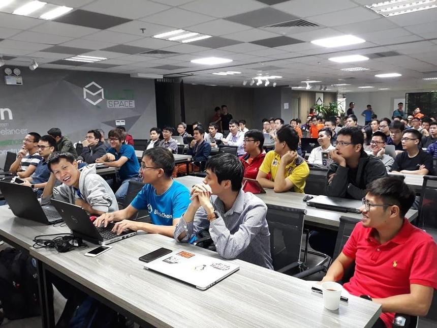 """Sáng 4/11, hơn 100 lập trình viên Hà Nội đã có mặt tại Multi Space Coworking, tầng 7 tòa nhà Imperia Garden số 143 Nguyễn Tuân, để tham gia sự kiện DevDay 2018 do AWS (Amazon Web Service) phối hợp với FPT Software tổ chức. AWS DevDay 2018 nằm trong chuỗi sự kiện toàn cầu của Amazon Web Services tổ chức cho """"dân kỹ thuật"""", cộng đồng developer, những người luôn muốn tìm hiểu và học hỏi thêm nhiều kiến thức mới, bổ ích từ những chuyên gia công nghệ uy tín."""