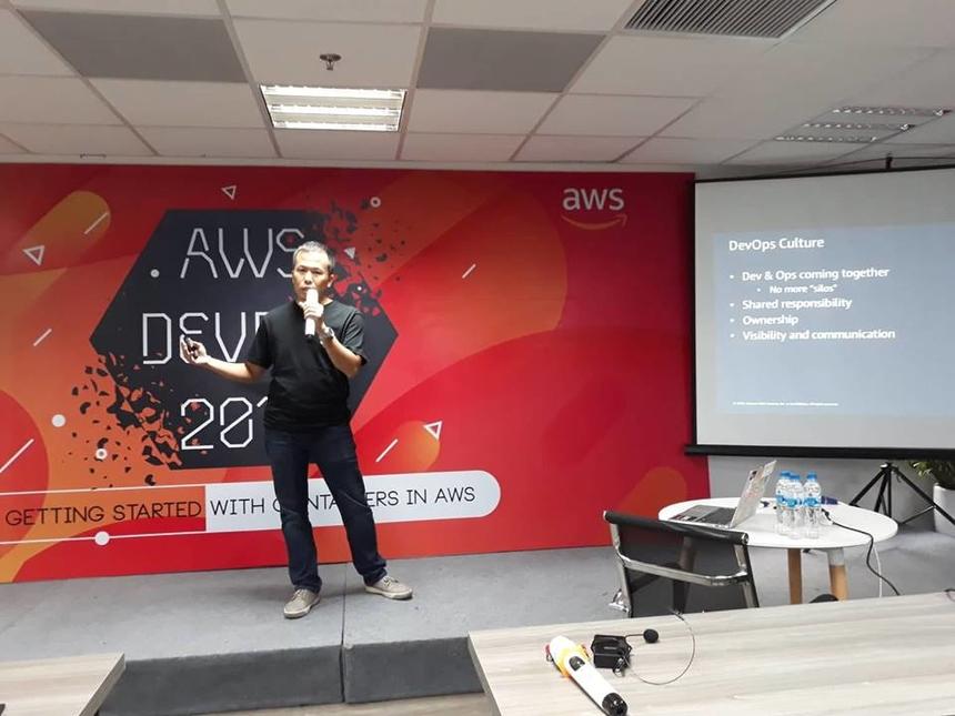 Kỹ sư giải pháp Hoàng Nguyễn đến từ AWS mở đầu DevDay 2018 bằng phần giới thiệu về AWS DevOps. Sự phát triển của DevOps giúp cung cấp và hỗ trợ cho sự phát triển nhanh chóng của các doanh nghiệp trong xu thế hiện đại. Phần này tập trung vào các nguyên tắc và thực hành DevOps được hỗ trợ trên nền tảng AWS.
