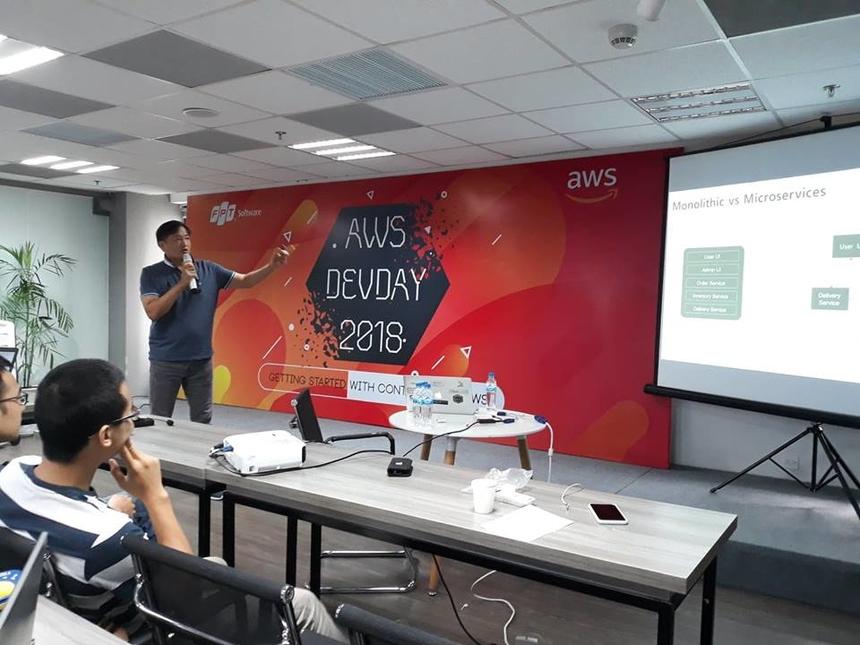 Lập trình trên AWS với SDK là phần nội dung thứ 2 được kỹ sư giải pháp Park Seon Yong đến từ Hàn Quốc trình bày. Đây là phần chia sẻ bằng tiếng Anh của các chuyên gia nước ngoài nên các LTV phải hết sức tập trung và vận dụng vốn ngoại ngữ để lĩnh hội kiến thức chuyên sâu mà các chuyên gia truyền đạt.