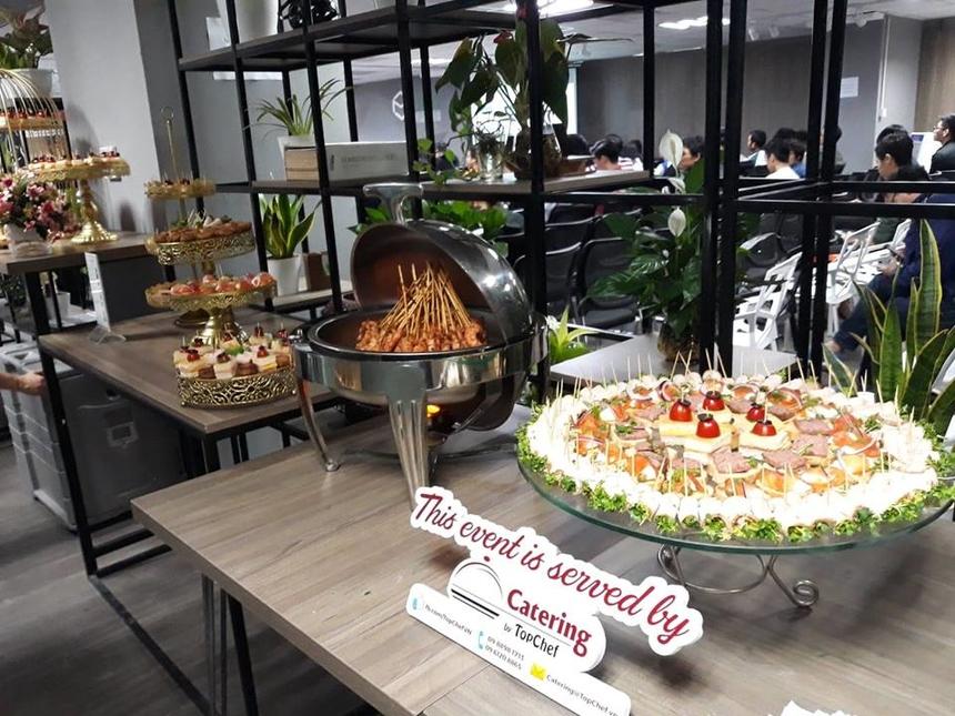 Chương trình diễn ra cả ngày nên ban tổ chức đã chuẩn bị đồ ăn cho các lập trình viên tham gia có thể ăn trưa ngay tại sự kiện, sẵn sàng năng lượng cho chương trình buổi chiều.