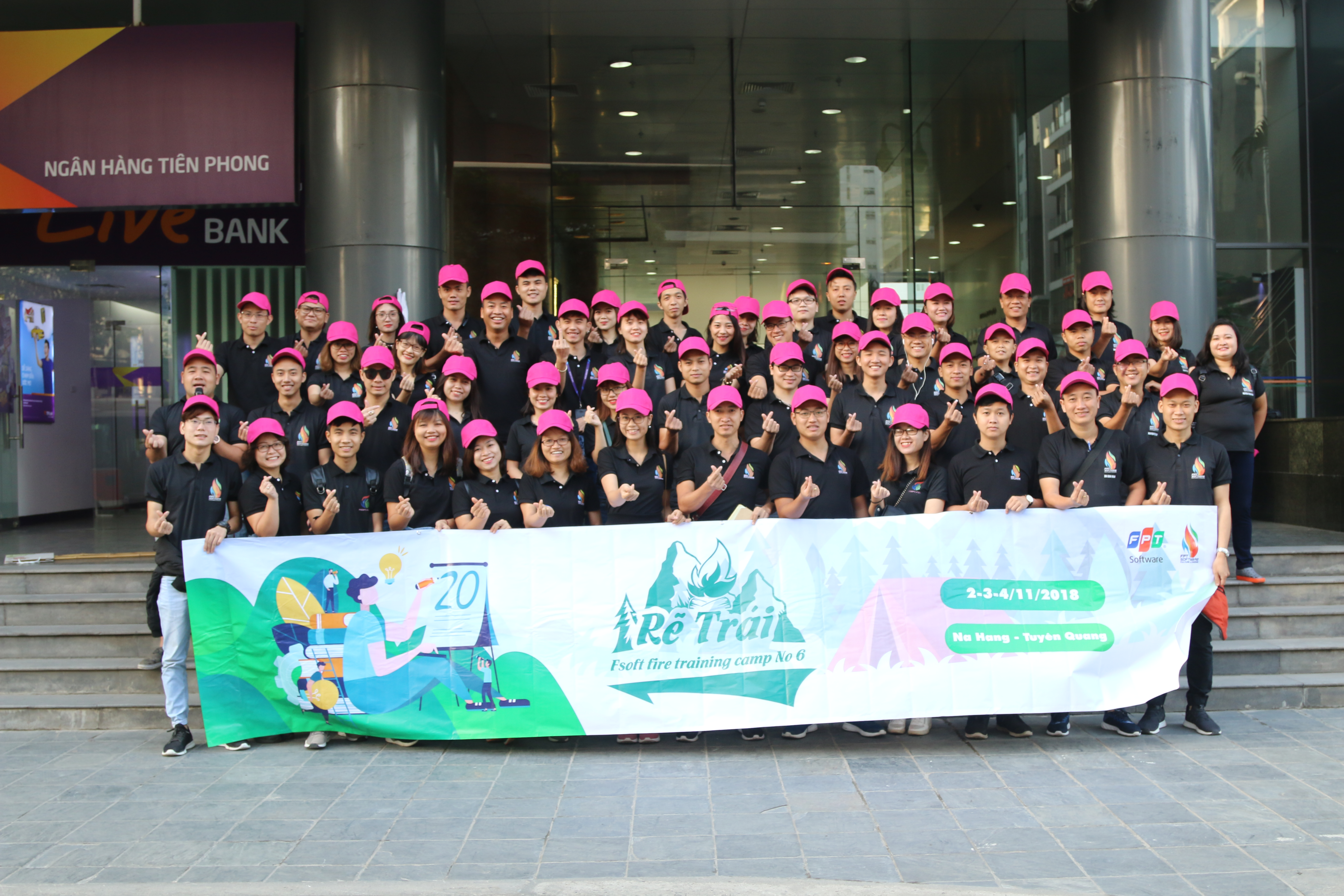 """Sáng ngày 2/11, hơn 60 cán bộ Tổng hội FPT Software tập trung tại tòa nhà FPT Cầu Giấy sẵn sàng cho chiến dịch Training camp No.6 với chủ đề """"Rẽ trái"""" diễn ra trong 3 ngày 2 đêm tại Na Hang, Tuyên Quang."""