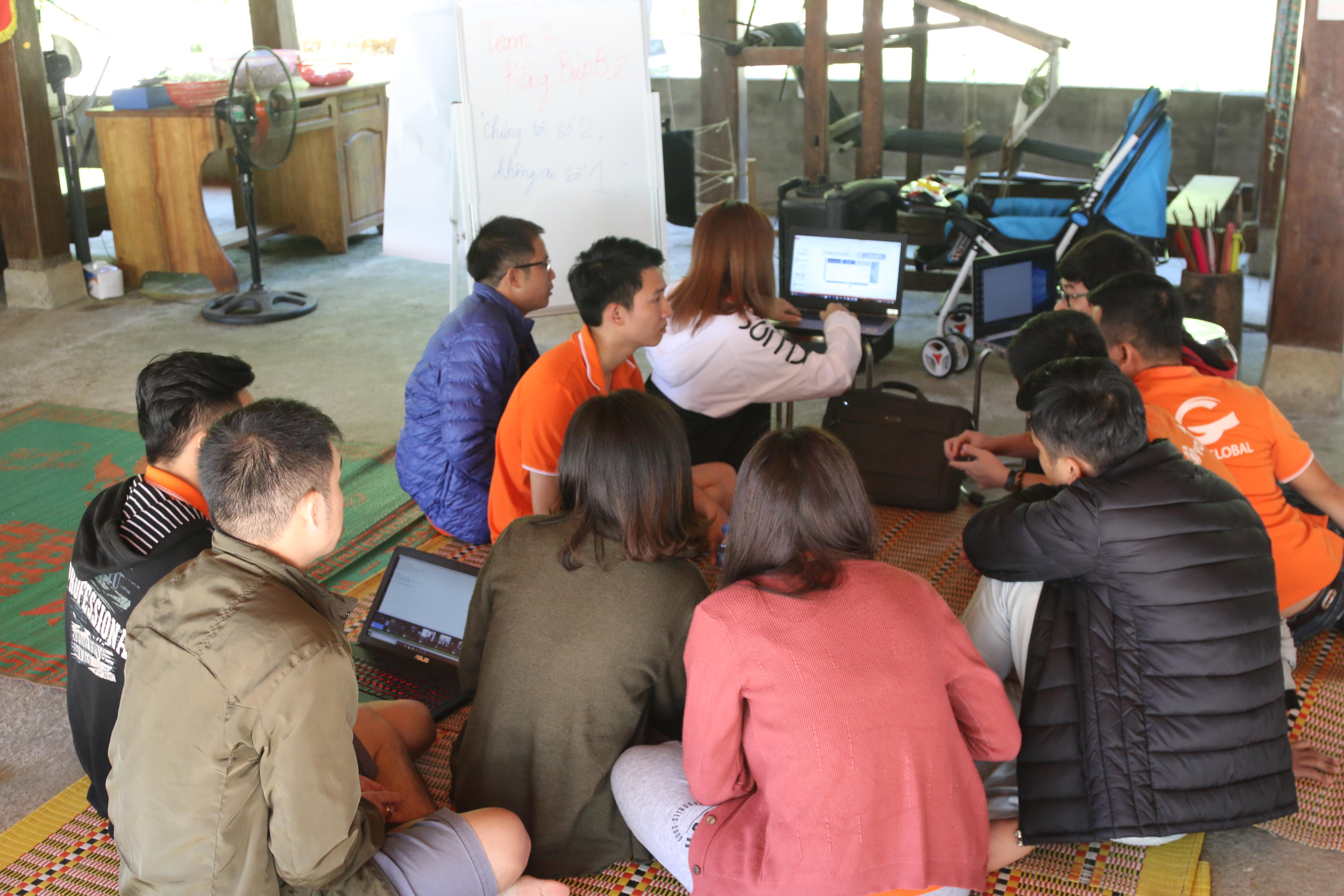 """Đại điện đội Rồng Búp bê là anh Quách Phượng Long khiến """"cả làng"""" phải vỗ tay hưởng ứng trong phần trình bày về ý tưởng cuộc thi Rung chuông vàng FPT Software. Sự kiện này được đội 2 ví như sự kiện mở màn, đánh một hồi chuông thức tỉnh tất cả sự kiện của năm 2019. Cuộc thi có quy mô dành cho khoảng 100 người với rất nhiều câu hỏi liên quan đến kiến thức công nghệ và hiểu biết chung về FPT Software. Theo đội Rồng Búp bê, đây là chương trình độc đáo, thể hiện một chuỗi sự kiện của FPT Software trong năm, như một kênh thông tin sự kiện, gắn kết các thành viên nhà Phần mềm."""