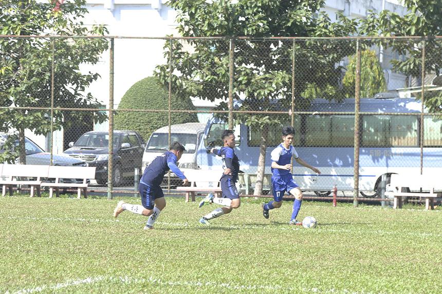 Các cầu thủ hai đội tập trung số đông ở khu vực giữa sân để tranh chấp bóng và phòng ngự từ xa. Với đội hình được trẻ hóa lực lượng nên PNC có phần nhỉnh hơn về thế trận lẫn các tình huống tranh chấp, đua tốc độ.