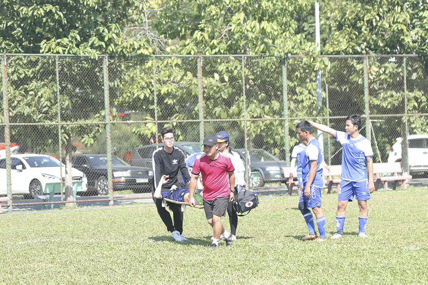 Cầu thủ hai bên thi đấu vô cùng quyết liệt và không ngần ngại va chạm với đối phương, điều này đã khiến trọng tài không ít lần buộc phải cắt còi để các nhân viên y tế vào làm việc.